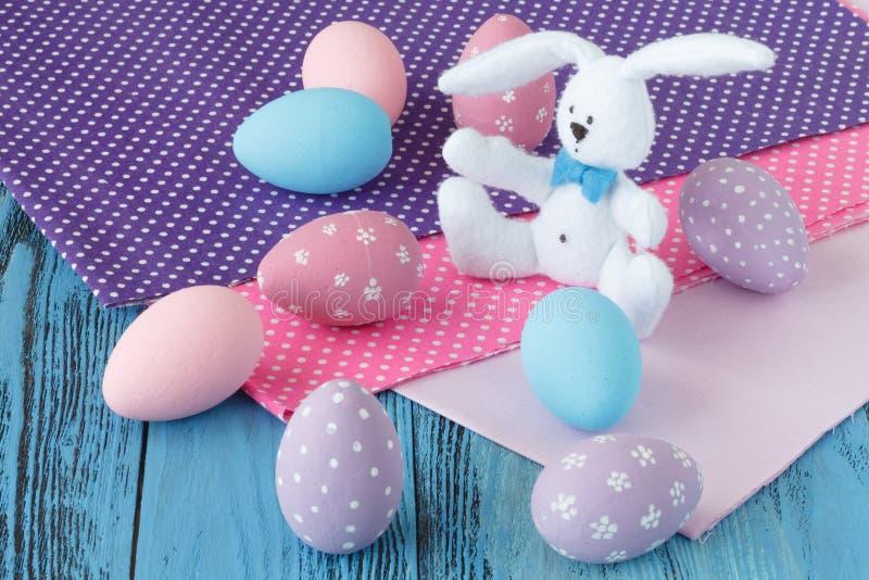 Celebración de Pascua con los huevos coloreados y el paño festivo imagen de archivo