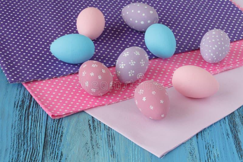 Celebración de Pascua con los huevos coloreados y el paño festivo imágenes de archivo libres de regalías