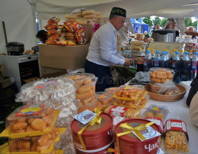 Celebración de Sabantui en Moscú Un hombre vende los dulces tradicionales fotografía de archivo