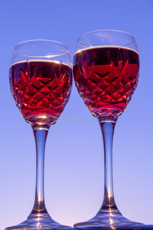 Celebración de un Sundowner romántico con el vino rosado enfriado fotos de archivo libres de regalías