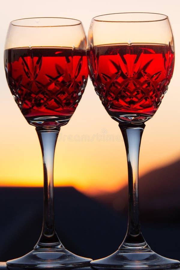 Celebración de un Sundowner romántico con el vino rosado enfriado fotografía de archivo