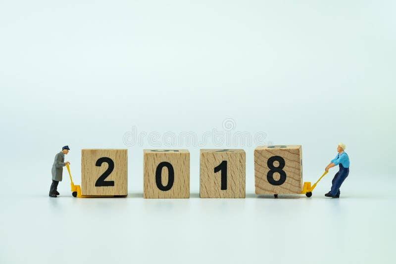 Celebración 2018 del Año Nuevo con la pequeña figura de los trabajadores miniatura él fotos de archivo libres de regalías