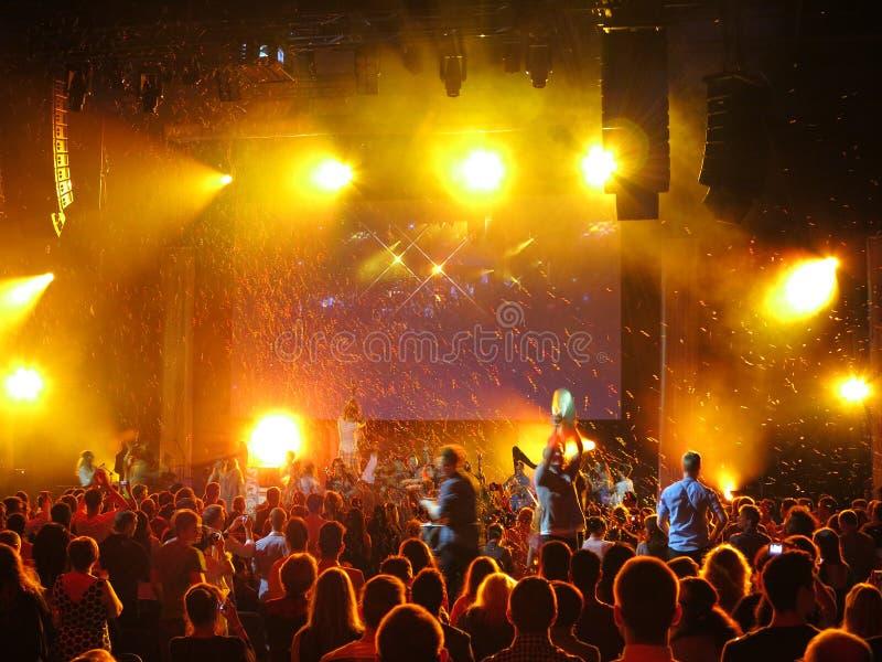 Celebración del confeti en el concierto fotografía de archivo libre de regalías