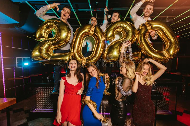 Celebración del partido del Año Nuevo con los amigos en el club imagen de archivo