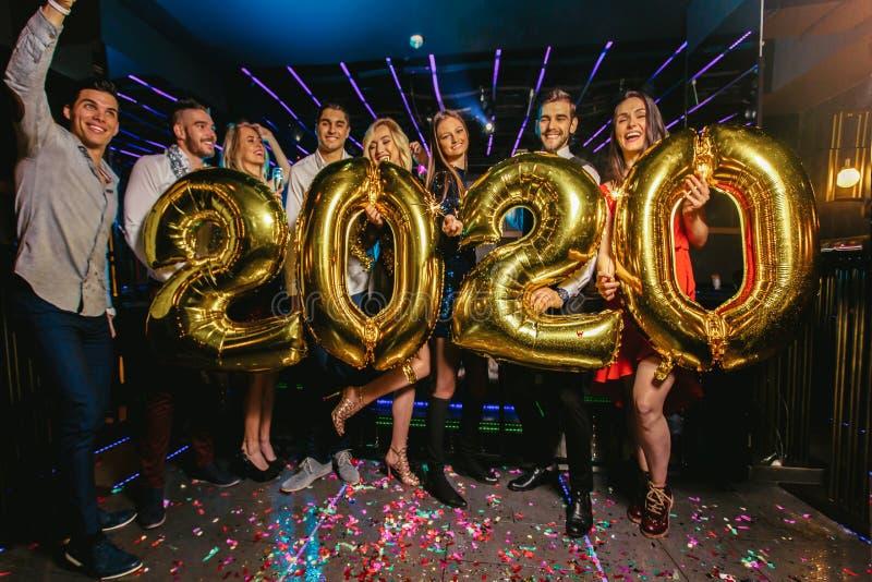 Celebración del partido del Año Nuevo con los amigos en el club fotos de archivo