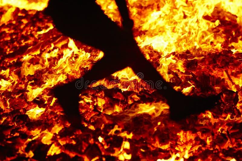 Celebración del solsticio de verano que salta en el fuego Llamas ardientes foto de archivo libre de regalías