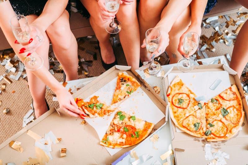 Celebración del vino espumoso de la pizza del partido de gallina de las muchachas fotos de archivo libres de regalías