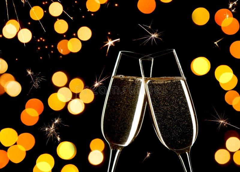 Celebración en el ` s Eve del Año Nuevo Ciérrese para arriba de dos vidrios de Champán que tintinean junto imágenes de archivo libres de regalías