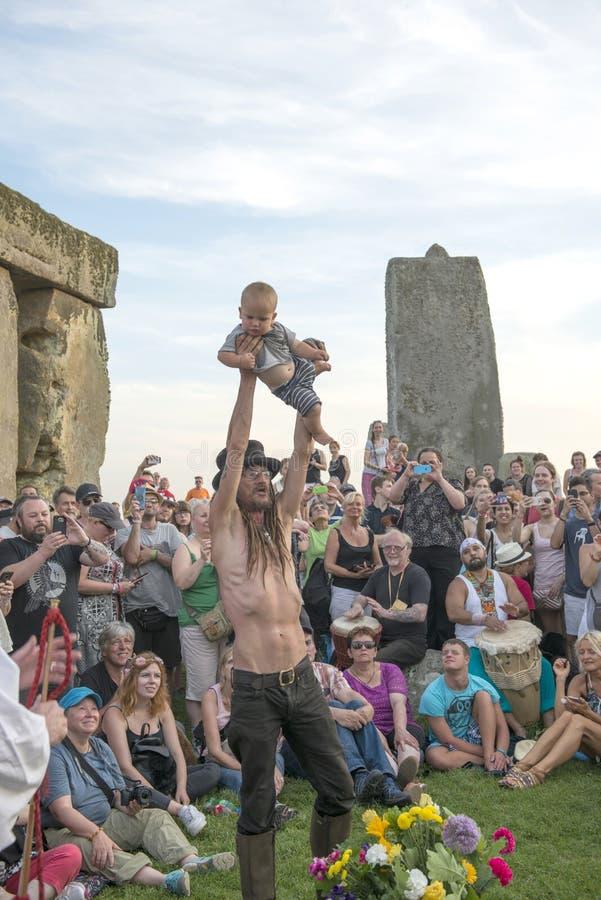 Celebración en el solsticio de verano de Stonehenge Wiltshire imagen de archivo libre de regalías