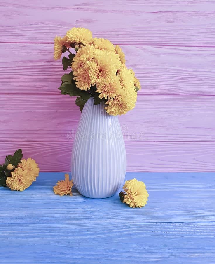 celebración en un fondo de madera, flor del crisantemo del amarillo de la estación del ramo del florero del otoño imagenes de archivo