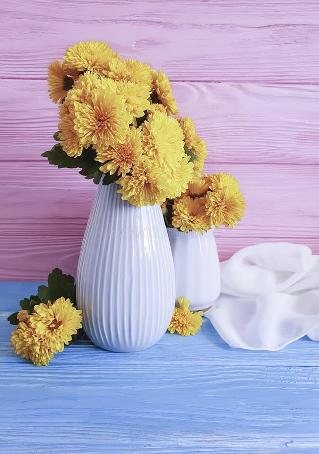 celebración en un fondo de madera, flor del crisantemo del amarillo del ramo del florero del otoño imágenes de archivo libres de regalías