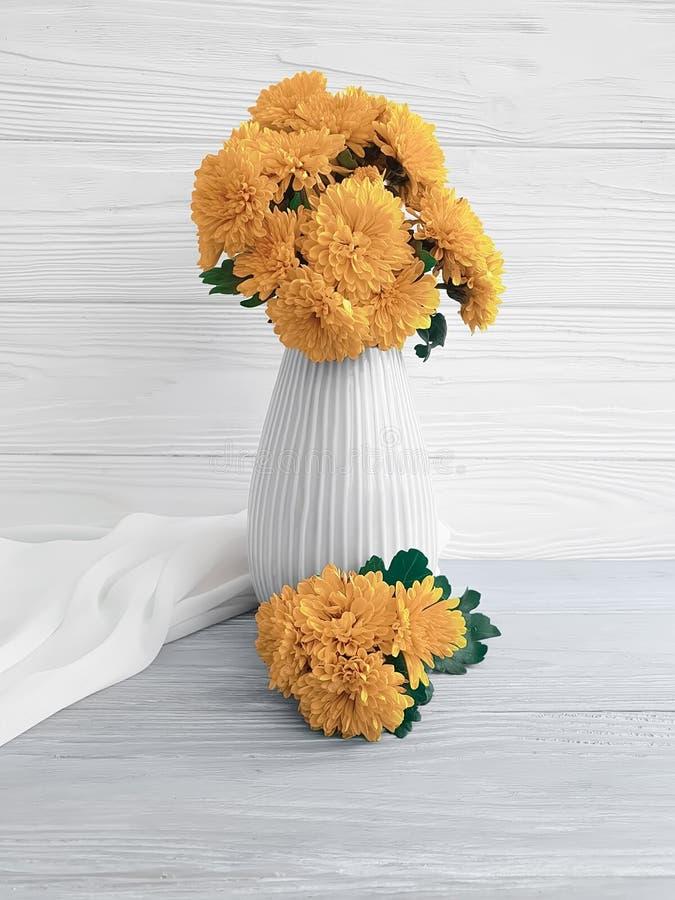 Celebración en un fondo de madera, flor de la elegancia del hogar del crisantemo del amarillo de la estación del ramo del florero fotografía de archivo libre de regalías