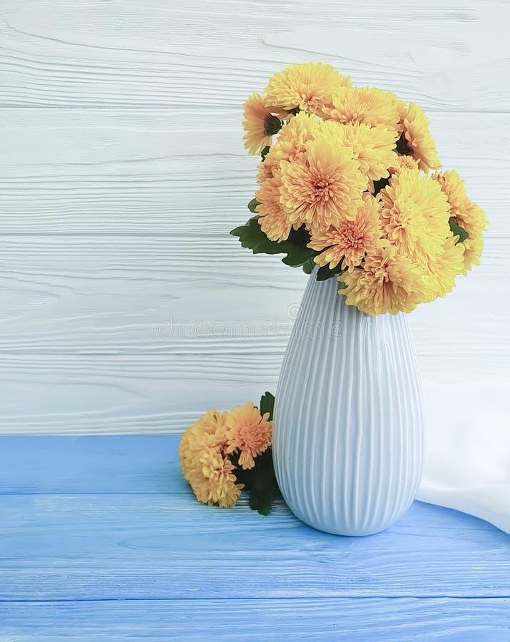 Celebración en un fondo de madera, flor de la elegancia del hogar del crisantemo del amarillo de la planta del vintage del ramo d foto de archivo libre de regalías