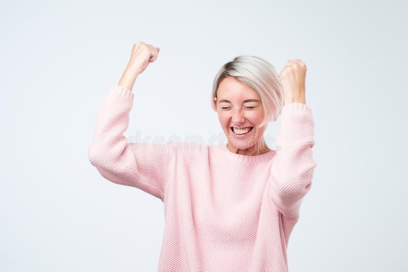 Celebración extática feliz de la mujer del éxito que gana siendo un ganador Emoción enérgica dinámica del modelo femenino caucási fotos de archivo