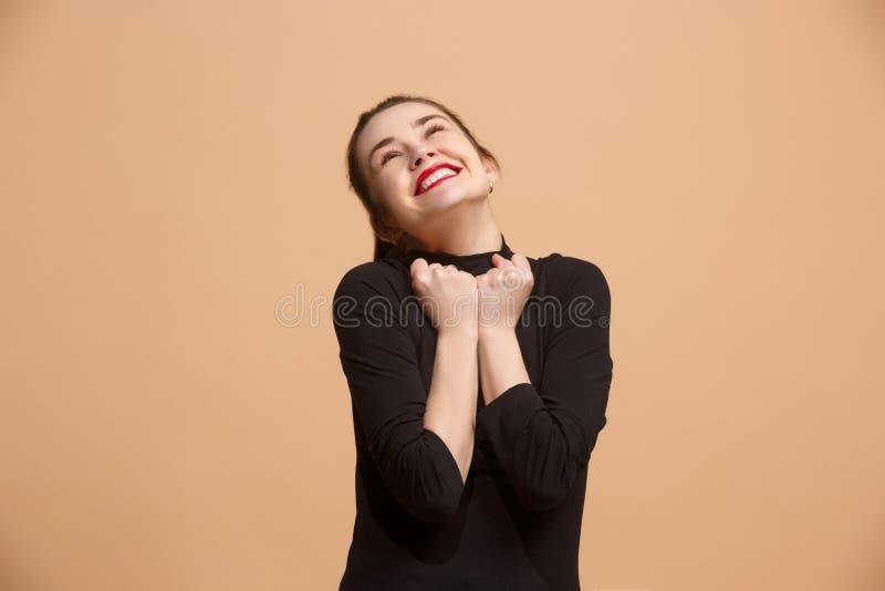 Celebración extática feliz de la mujer del éxito que gana siendo un ganador Imagen enérgica dinámica del modelo femenino foto de archivo