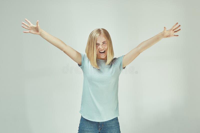 Celebración extática feliz de la mujer del éxito que gana siendo un ganador Imagen enérgica dinámica del modelo femenino imagen de archivo
