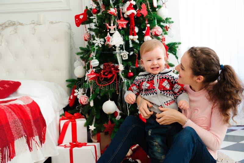 Celebración, familia, días de fiesta y concepto del cumpleaños - familia de la Feliz Año Nuevo imágenes de archivo libres de regalías