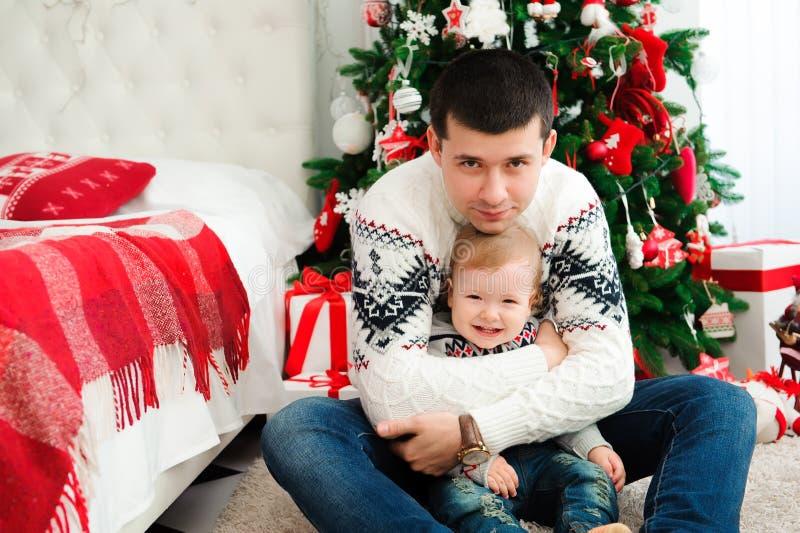 Celebración, familia, días de fiesta y concepto del cumpleaños - familia de la Feliz Año Nuevo imagen de archivo libre de regalías