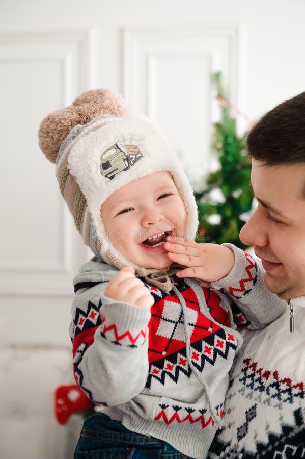 Celebración, familia, días de fiesta y concepto del cumpleaños - familia de la Feliz Año Nuevo fotografía de archivo libre de regalías