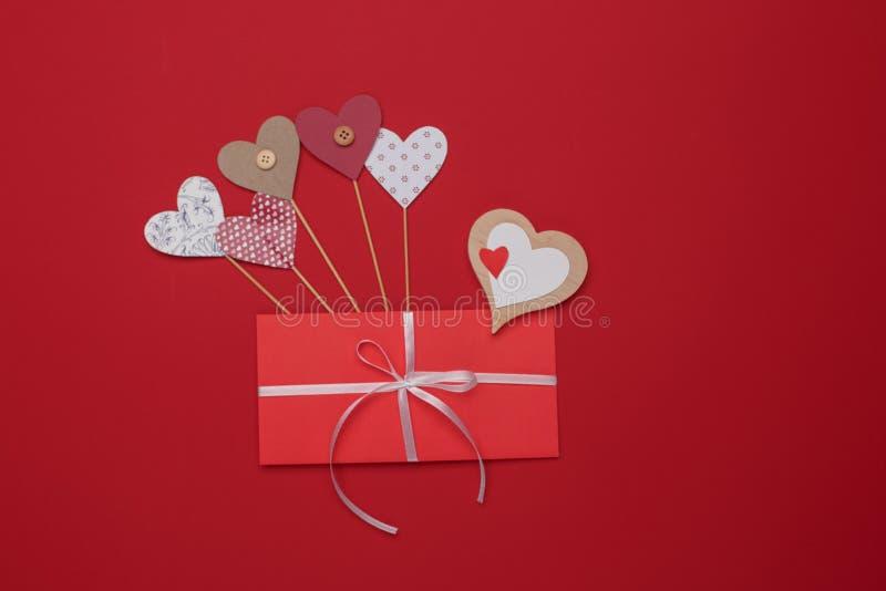 Celebración feliz del amor del día de tarjetas del día de San Valentín en un estilo rústico foto de archivo libre de regalías