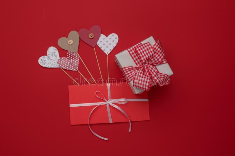 Celebración feliz del amor del día de tarjetas del día de San Valentín en un estilo rústico fotografía de archivo libre de regalías