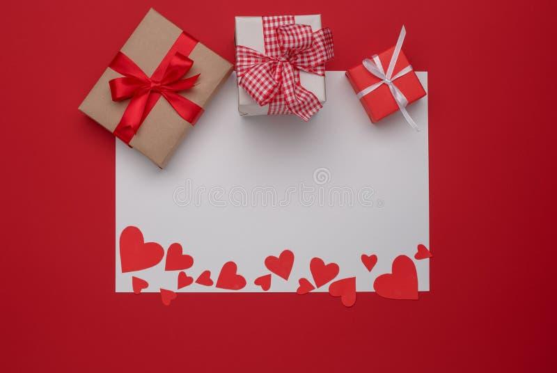 Celebración feliz del amor del día de tarjetas del día de San Valentín en un estilo rústico fotos de archivo