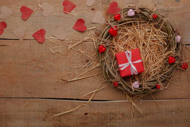 Celebración feliz del amor del día de tarjetas del día de San Valentín en un estilo rústico foto de archivo