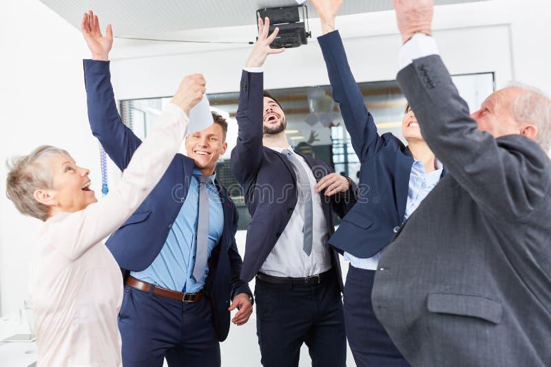 Celebración feliz del equipo del negocio imagen de archivo