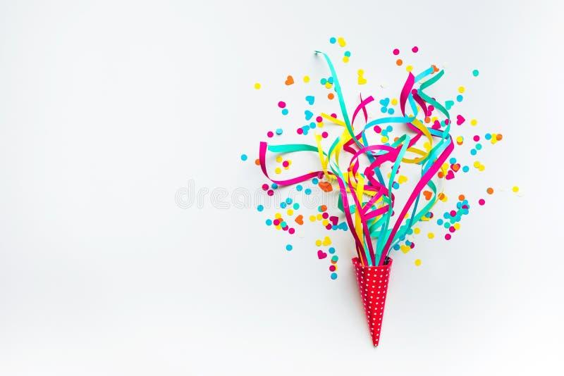 Celebración, ideas con confeti colorido, flámulas de los conceptos de los fondos del partido imagenes de archivo