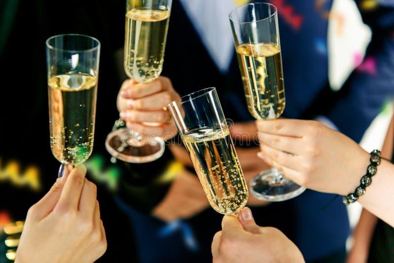 celebración Manos que llevan a cabo los vidrios de elaboración del champán y de vino una tostada fotos de archivo libres de regalías