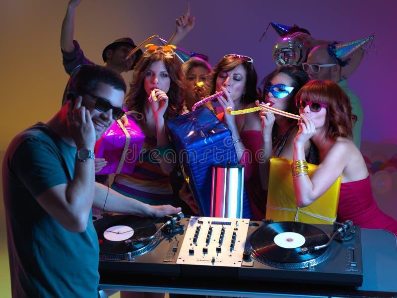 Celebración, muchachas, DJ y presentes del cumpleaños fotos de archivo