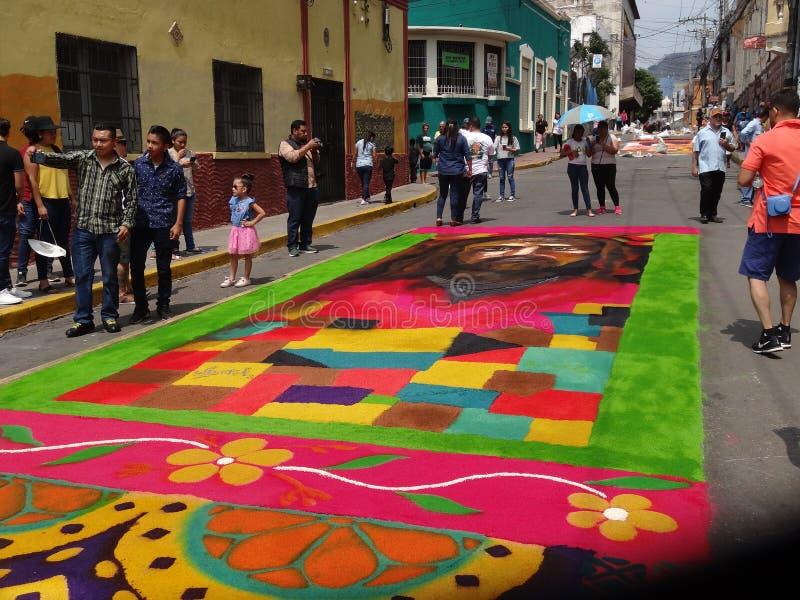 Celebración religiosa coloreada serrín Tegucigalpa Honduras del verano de la preparación de las alfombras 2019 13 imagen de archivo libre de regalías