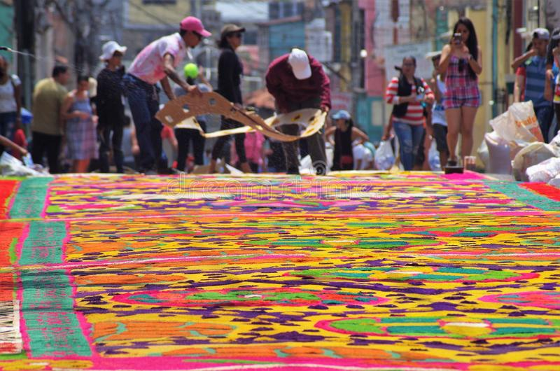 Celebración religiosa coloreada serrín Tegucigalpa Honduras del verano de la preparación de las alfombras 2019 25 fotos de archivo libres de regalías