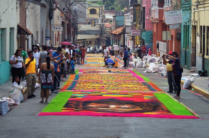 Celebración religiosa coloreada serrín Tegucigalpa Honduras del verano de la preparación de las alfombras 2019 22 fotografía de archivo