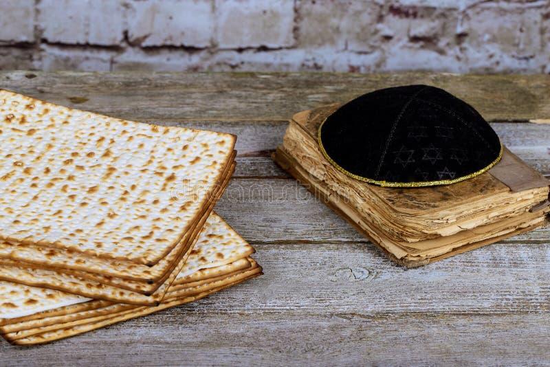 Celebración ritual judía del passover del pan de Matza del pan ácimo de la comida del día de fiesta imagen de archivo