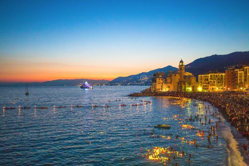 Celebración tradicional de Stella Maris Durante la noche en que los millares de velas encendidas minúsculas se dejan en el agua d imagenes de archivo