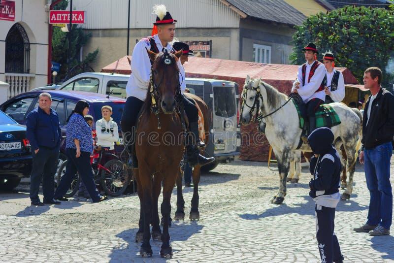 Celebración vestida del carnaval en el pueblo imagenes de archivo