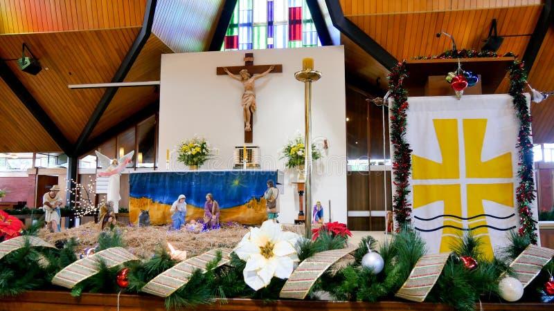 Celebración y decoración de la Navidad en una iglesia foto de archivo
