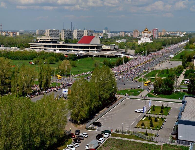 Celebraci?n del d?a de la victoria Los millares de gente llevaron la calle principal para participar en el regimiento inmortal de fotos de archivo