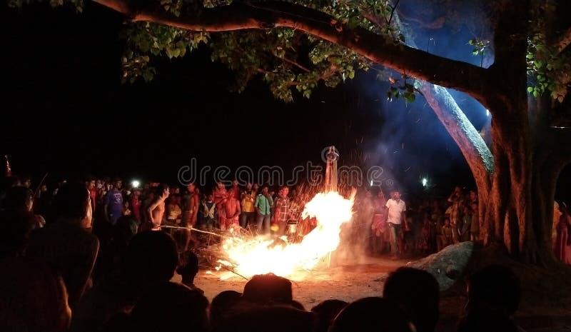 Celebraciones con el fuego, programa de la religión, de la India, Bengala Occidental, pueblo - Daharpur, Paschim Medinipur fotos de archivo libres de regalías