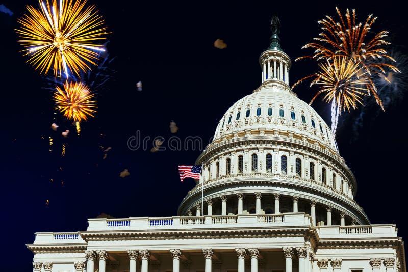Celebraciones de los fuegos artificiales del Día de la Independencia sobre U S Reflexión del capitolio en Washington DC imagen de archivo