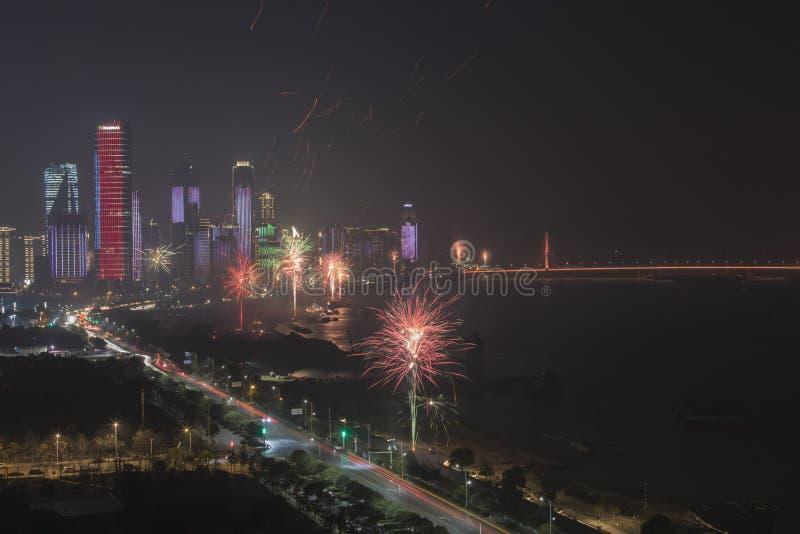Celebraciones del Año Nuevo con los fuegos artificiales y las linternas de papel en Nanchang, la capital de la provincia de Jianx fotos de archivo libres de regalías