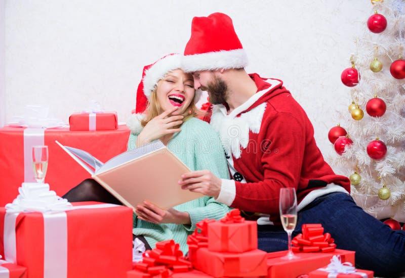 Celebrando Año Nuevo junto Tradición de la familia Los pares en amor disfrutan de la Navidad E Abrazo de la familia cerca imagen de archivo libre de regalías