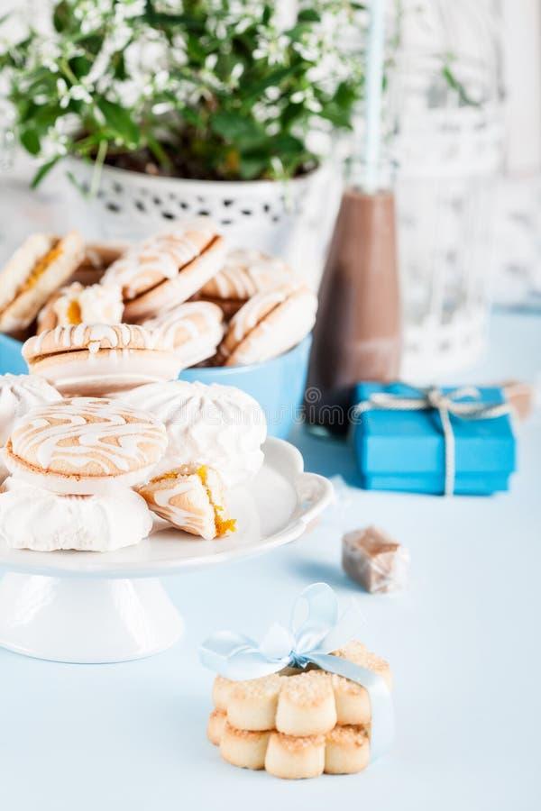 Celebrando con i dolci, le caramelle, i biscotti ed i regali immagini stock