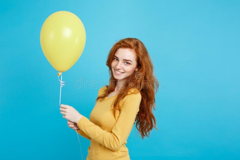 Celebrando concetto - ragazza attraente felice del redhair del ritratto alto vicino giovane bella che sorride con il partito vari fotografia stock libera da diritti