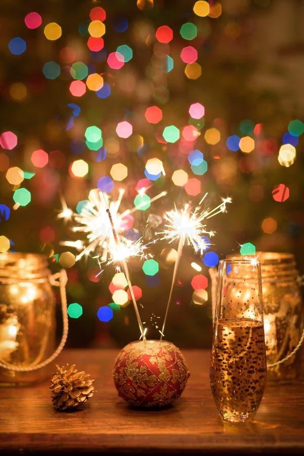 Celebrando el Año Nuevo con las bengalas y las luces y champán coloridos brillantes tueste para la celebración del día de fiesta foto de archivo libre de regalías