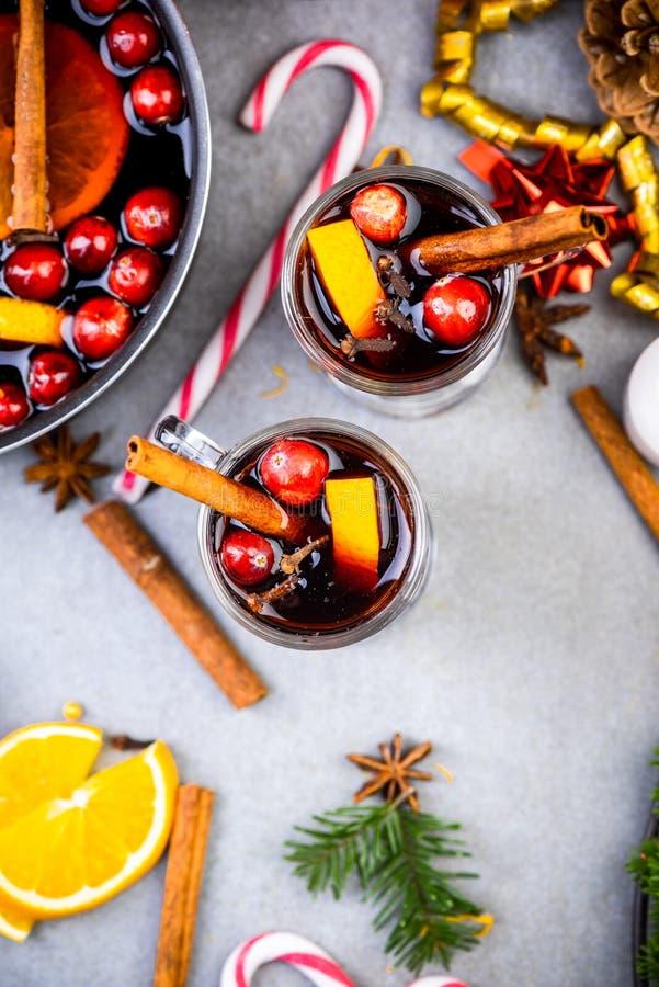 Celebrando la Navidad con vino a la parrilla Espíritu festivo Comida y bebida de Navidad fotos de archivo