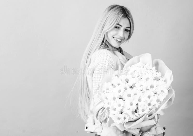 Celebrando seu dia especial Surpresa para namorada Adore flores Garota loura sensual segurando buquê de flores fotografia de stock