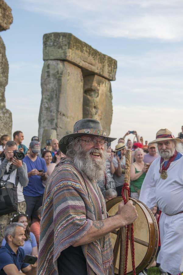 Celebrantes en el solsticio de verano de Stonehenge Wiltshire imagen de archivo libre de regalías