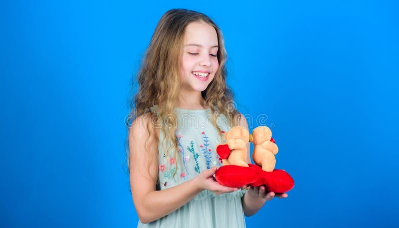 Celebrate-Liebe Kleines Mädchen hält vorsichtig den Teddybär Kleine Mädchen halten Ehepaar verliebten Teddybären stockbilder